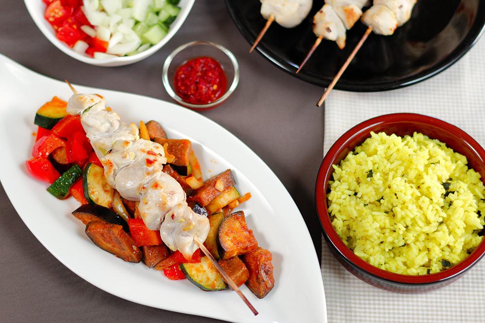 Hähnchenspieße auf Currygemüse