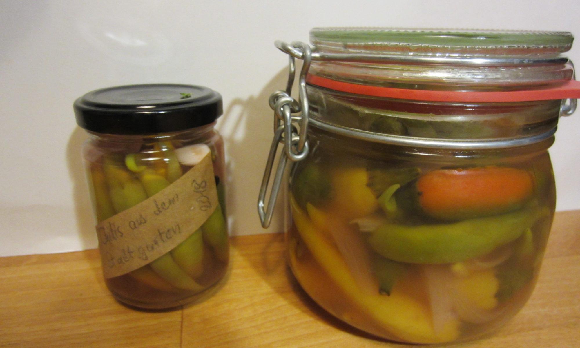 Eingelegte Chilis in Gläsern