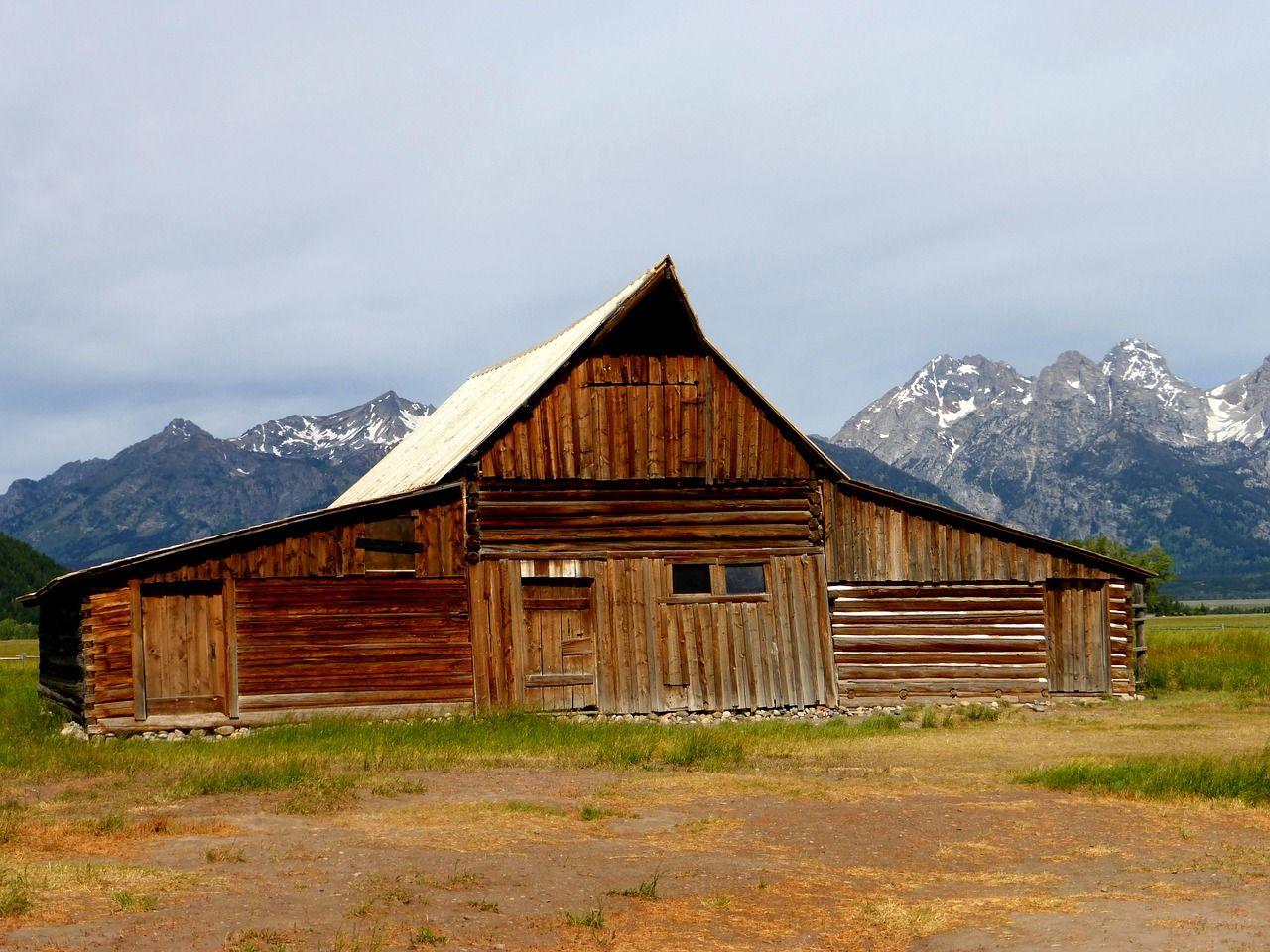 Foto von Holzhütte vor Bergkulisse